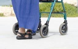 Pensionär mit gehendem Helfer stockfoto