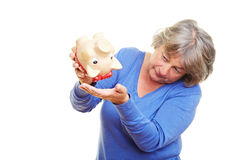 Pensionär mit leerer piggy Querneigung lizenzfreie stockfotos