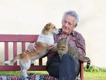 Pensionär mit seinen Haustieren Stockfotografie