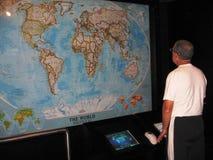 Pensionär och världskarta Arkivbilder