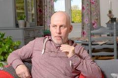 Pensionär på en soffa arkivfoto