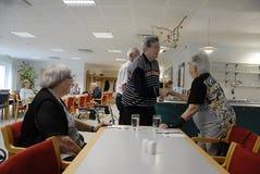 PENSIONÄR PÅ PENSIONISTCENTER SOLGAARDEN Royaltyfria Foton