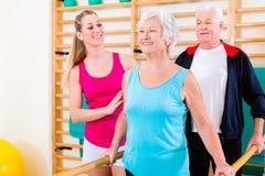 Pensionär på rehab i sjukgymnastik arkivfoton