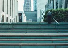 Pensionär på trappan Arkivbilder