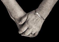 Pensionär ` s Hände mit medizinischem wachsamem Armband für Diabetes mono Lizenzfreie Stockfotografie