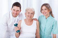 Pensionär som övar med hanteln Arkivbilder