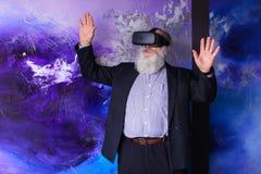 Pensionär som fördjupas i virtuell verklighet med hjälp av sakkunniga Arkivbild