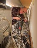 Pensionär som försöker att få hans gå för internet Arkivbilder