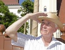 Pensionär som går i den soliga dagen - stående Arkivfoto