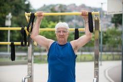 Pensionär som gör fysisk aktivitet royaltyfri fotografi