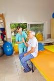 Pensionär som gör läka gymnastik Arkivfoton