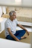 Pensionär som gör yoga Royaltyfri Foto