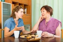 Pensionär som har att ha diskussion med dottern Arkivfoto