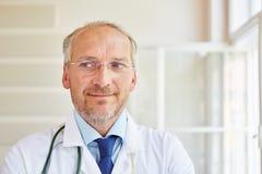 Pensionär som kompetent doktor Arkivbild