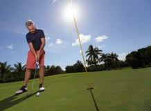 Pensionär som spelar golf Royaltyfria Bilder