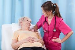 Pensionär som talar med doktorn Royaltyfri Fotografi