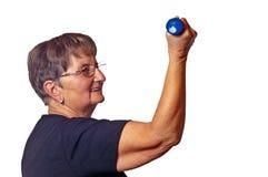 Pensionär tut Bodybuilding Stockfotos