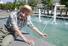 Pensionär vid springbrunnen Arkivbilder