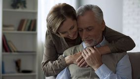 Pensionärdam som kramar mannen som älskar förbindelse i lång förbindelse, closeness och omsorg fotografering för bildbyråer