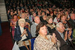 Pensionäre - das Publikum des Nächstenliebekonzerts Stockfotos