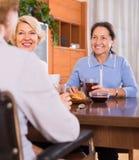 Pensionäre, die arbeitsunfähigen Freund besuchen Stockbild