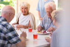 Pensionäre, die das Mittagessen essen lizenzfreie stockfotografie