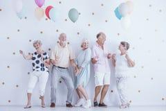 Pensionäre, die an der Partei tanzen lizenzfreies stockbild