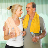 Pensionäre mit Wasser nach Eignung Lizenzfreies Stockfoto