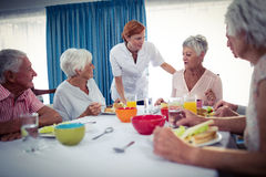 Pensionäre am Mittagessen lizenzfreies stockfoto