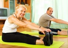 Pensionäre, welche die Übungen Innen tun Lizenzfreie Stockfotos