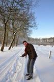 pensionären kastar snöboll kasta kvinnan Royaltyfri Fotografi
