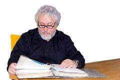 Pensionären kontrollerar någon legitimationshandlingar fotografering för bildbyråer