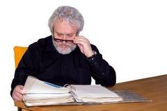 Pensionären kontrollerar någon legitimationshandlingar royaltyfria foton