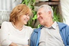 Pensionären kopplar ihop förälskat Royaltyfria Bilder