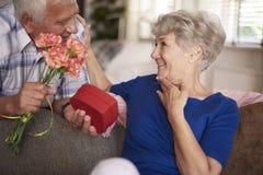 Pensionären kopplar ihop förälskat Arkivfoton