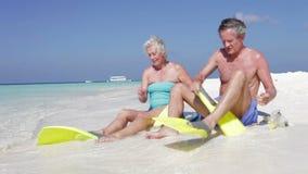 Pensionären kopplar ihop med Snorkels som tycker om strandferie Arkivbild