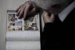 Pensionären minns minnen av hans fru fotografering för bildbyråer