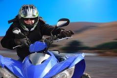 Pensionären rider en kvadratcykel Royaltyfri Foto