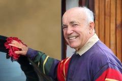 Pensionären tar omsorg av maskinen Royaltyfri Fotografi