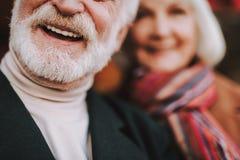 Pensionären uppsökte mannen i det svarta laget som uttrycker positiva sinnesrörelser arkivbild