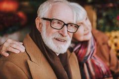 Pensionären uppsökte mannen i exponeringsglas som spenderar tid med frun arkivfoton