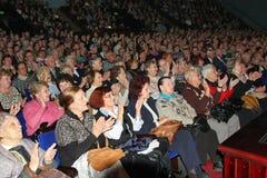 Pensionärer - åhörarna av välgörenhetkonserten arkivbild