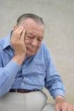 Pensionärer. Bekymrad gammalare man Arkivbild