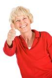Pensionärer: Den höga kvinnan ger upp tummar Fotografering för Bildbyråer