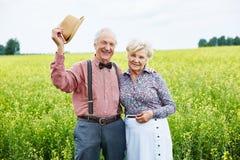 Pensionärer i äng Arkivfoton