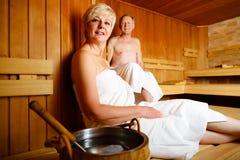 Pensionärer i bastu som svettas och kopplar av Royaltyfria Foton