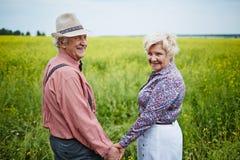 Pensionärer i fältet Arkivbild