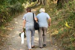 Pensionärer i park Arkivfoto