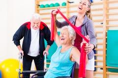 Pensionärer i terapi för fysisk rehabilitering