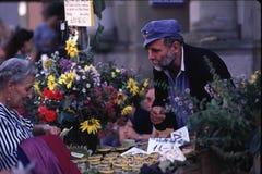 Pensionärer - köpman och kund på den schweiziska festivalen Royaltyfri Foto